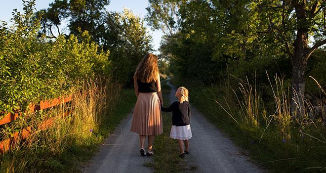 """""""Cum să vorbim copiilor dacă vrem să ne asculte și cum să-i ascultăm pentru ca ei să ne vorbească"""""""